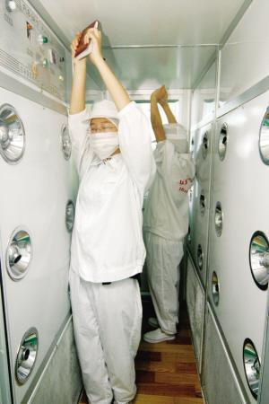 工作人员在风淋室完成吹淋过程