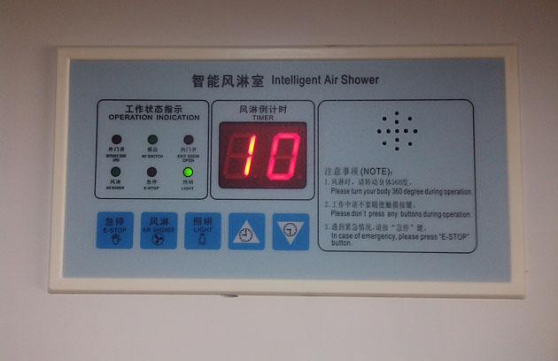 处于工作显示状态中的风淋室控制器主板 二、风淋室控制器主板操作及按键说明操作>>指示图标显示说明 a、风淋倒计时显示:双位数字显示,工作时用于显示风淋时间设定值及风淋剩余时间,进行设定菜单时,用于菜单参数显示。 b、外门开:当外门打开时,此图标闪烁(可以检查外门磁是否正常)。 c、感应:当人体时入感应区时,此图标闪烁(可以检查光电开关是否正常)。 d、内门开:当内门打开时,此图标闪烁[可以检查内门磁是否正常)。 e、风淋:此图标闪烁时,指示风淋风机已被自动或手动启动。 f、急停:此图标闪烁时